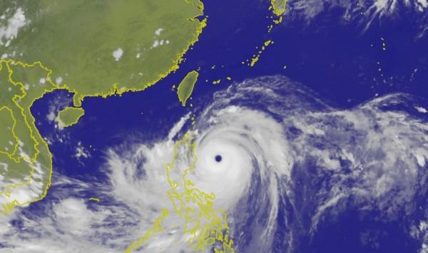 強颱山竹持續逼近,氣象局今(14日)下午5點30分持續發布海上颱風警報。(圖擷取自中央氣象局)