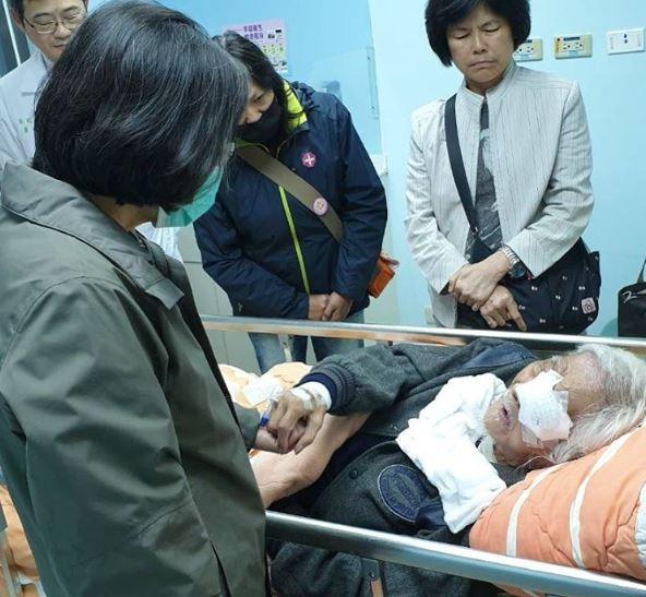 101歲史明先生跌倒,總統蔡英文前往探視。(圖擷取自蔡英文臉書)