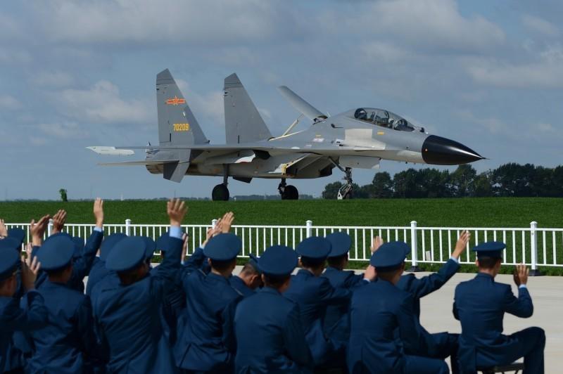 中國2架殲-11型戰機幾天前飛越海峽中線,陸委會主委陳明通今天表示,這是前所未有,他相信,這不是意外,也不會只有一次。圖為殲-11型戰機。(歐新社)