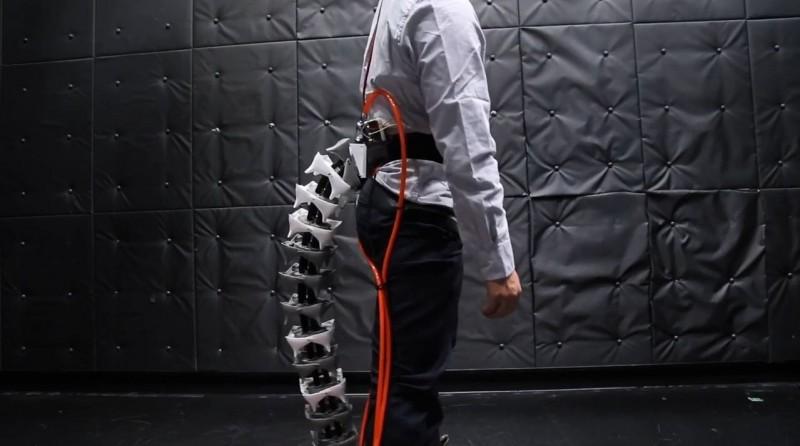 日本慶應義塾大學的研究團隊設計出一款機械尾巴,希望能幫助老年人保持平衡。(圖取自YouTube)