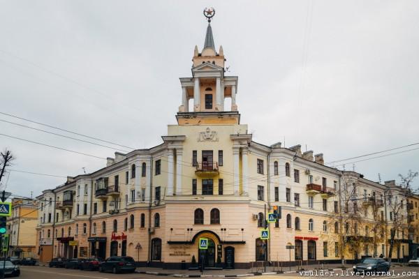 有人爬上建築物,將這個紅星偷偷漆成海棉寶寶的好朋友「派大星」(圖擷自《vmulder.livejournal.com》)