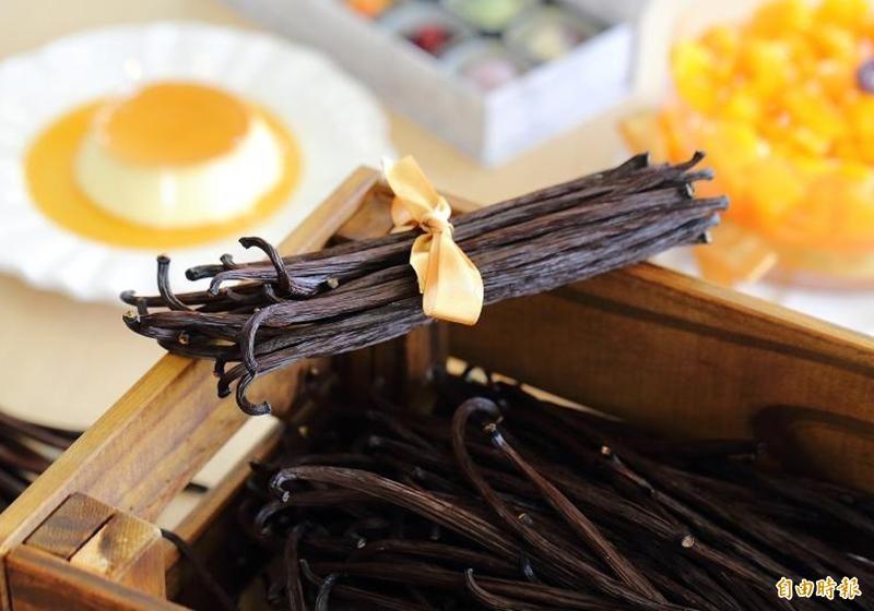 被譽為「黑金」、「香料皇后」的香草莢(vanilla)由於製程繁瑣,價格也相當昂貴。桃園農改場費時5年,研發香草莢加工技術,以提高其中香氣來源的「香草醛」含量,超越進口香草莢。國產香草莢零售價每隻約100至200元,換算每公斤高達3至6萬元,目前台灣香草莢的栽種面積約10餘公頃,預估達到產量時,一年可以生產4千至5千公斤的香草莢,產值可望達到1.2至1.5億元。(資料照)