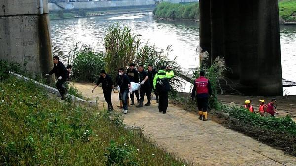 搜救人員尋獲2具罹難者遺體。(記者吳政峰攝)