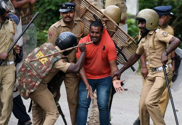 印度最高法院上月底裁定,廢除女性不得進入神廟的禁令,這項規定在週三(17日)正式上路,警方驅散抗議的民眾。(法新社)