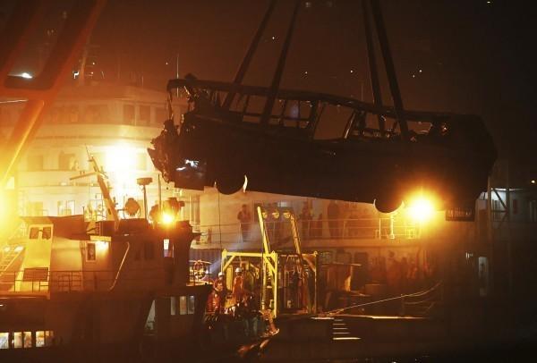 中國重慶萬州區公車衝入長江造成重大傷亡。(美聯社)