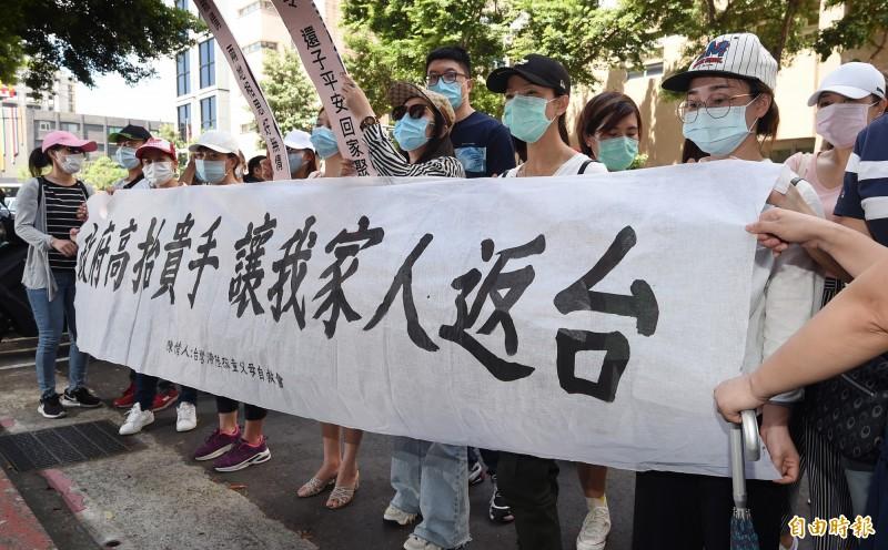 台灣滯陸孩童父母自救會的中配17日前往中央流行疫情指揮中心外陳情,呼籲政府高抬貴手,讓因疫情滯留中國的孩童回家。(記者廖振輝攝)