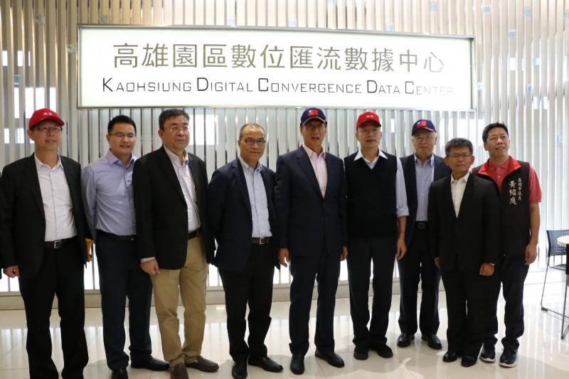郭台銘邀韓國瑜參訪被視為鴻海數據心臟的數據中心。(高市府提供)