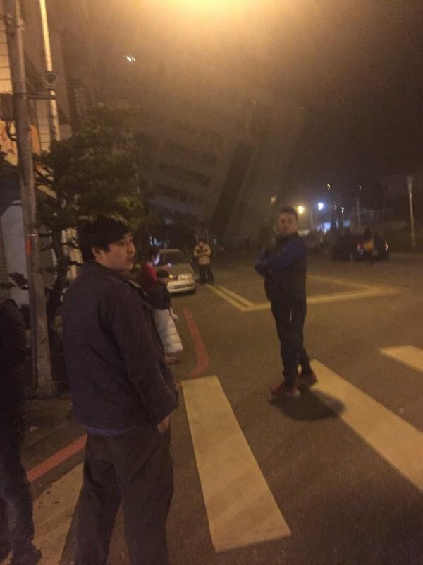 6日深夜大地震,花蓮市雲門翠堤大樓倒塌。(照片取自「花蓮臉書社團543」)