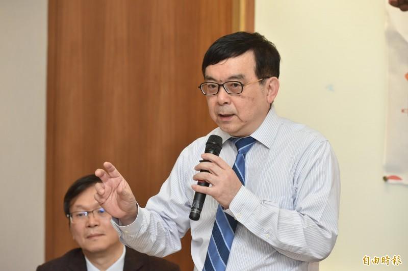台大醫院小兒部主任黃立民教授今22日出席「共同合作阻疫情 維護健康好過年」記者會。(記者塗建榮攝)