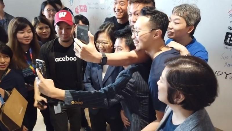小英總統親訪臉書在台總部,許多員工爭相與總統合照。(圖擷自蔡英文臉書)