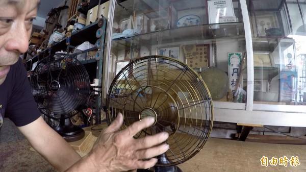 許望冬說,別看這些電風扇已是阿公級,重新整理後,還是跟新買一樣,連馬達運轉聲都靜悄悄。(記者陳冠備攝)