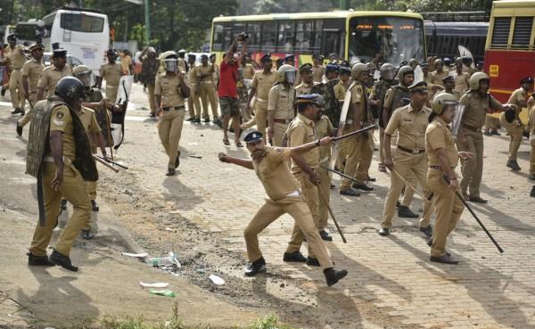 印度克勒拉邦政府已表明會執行法院的裁決,並加派500名員警,確保民眾可以自由進出沙巴瑞瑪拉廟。(美聯社)