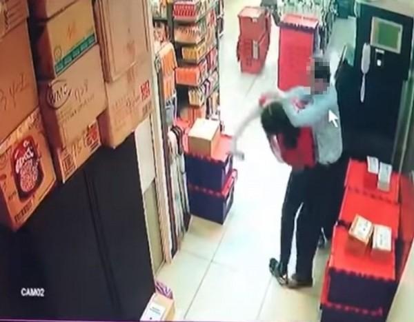 丈夫 看不慣 女 店員 拒絕 代收 單單, 一時 衝動 上演 全 武行. (圖 擷取 自 YouTube)