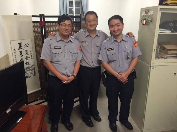 蔡柏威(左1)與同事合照。(資料照)
