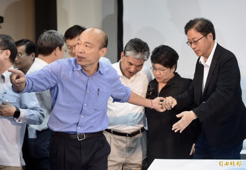 國民黨總統參選人韓國瑜(前)與總召張善政(右)批評蔡英文「打壓異己」。(資料照)