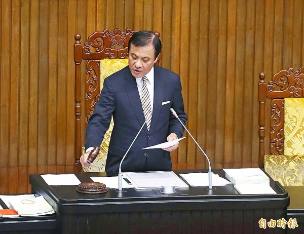 Legislative Speaker Su Jia-chyuan presides over a meeting that saw the passage of amendments to the Employment Service Act at the Legislative Yuan in Taipei yesterday. Photo: CNA