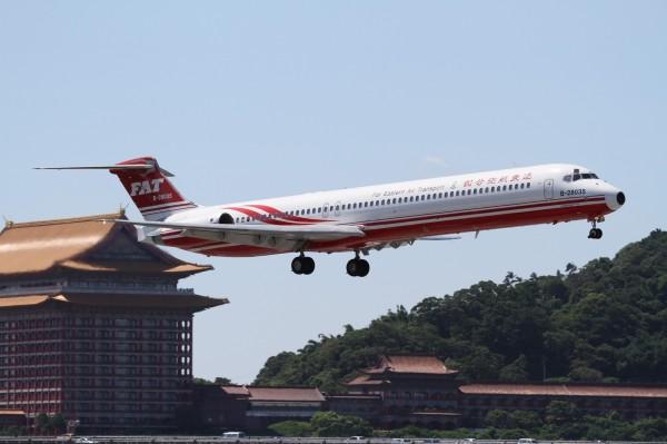 強颱瑪莉亞來勢洶洶,逼近北台灣,遠東航空下午宣布航班異動,受颱風影響,明天(10日)20班國內線和1班國際線將取消。(資料照)