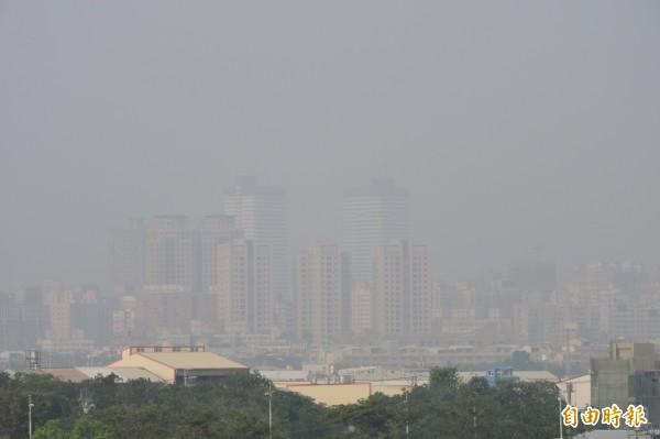 台灣近來空氣品質欠佳,尤其中南部地區特別嚴重。學者分析成因後指出,中部地區空污解決方法之一,可能就是讓城市夜間降溫。(資料照,記者何宗翰攝)