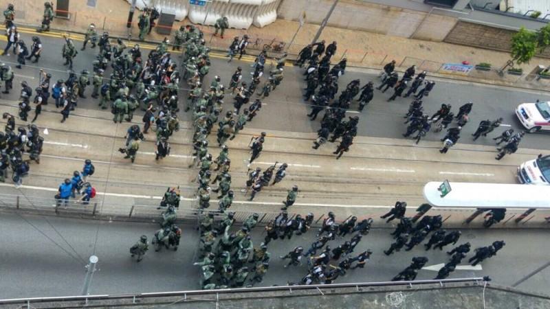 在鎮暴員警(綠衫)後面為速龍小隊(黑衫)。(圖擷取自TG頻道_紅磚支援台)