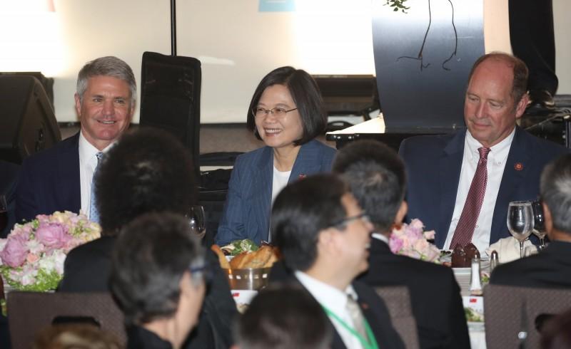 美國眾議院外委會首席議員麥考爾(左)接受《福斯新聞》採訪,談到美國對台22億元的軍售案,以及與蔡總統的會晤中,談到中國企圖干涉台灣總統大選的問題。(中央社)