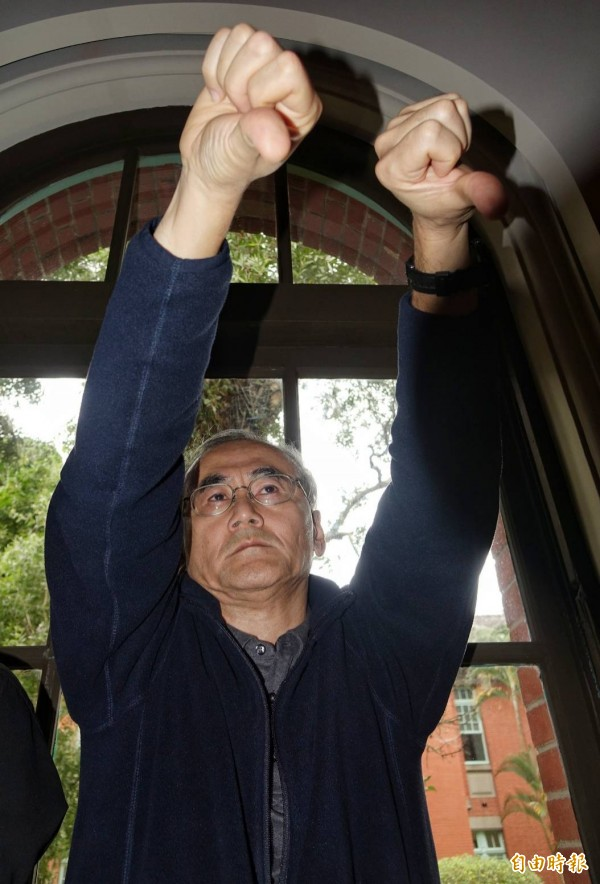 台大工學院蔡姓教授不滿地倒豎大拇指抗議,絲毫不給管中閔面子。(記者劉信德攝)