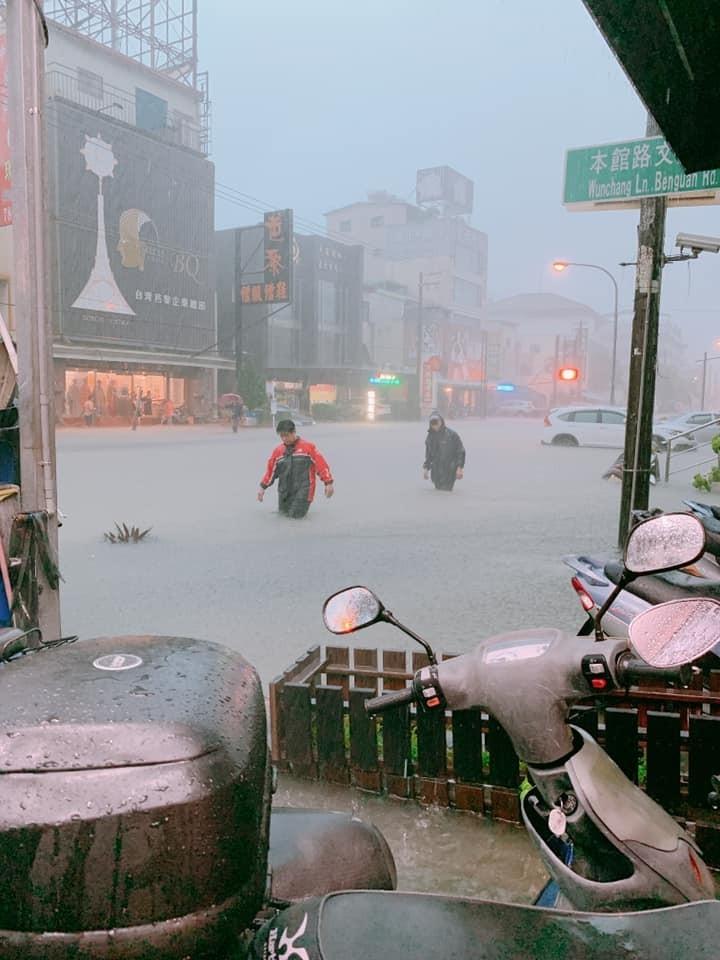 本館路大淹水。(翻攝臉書「公民割草行動」)