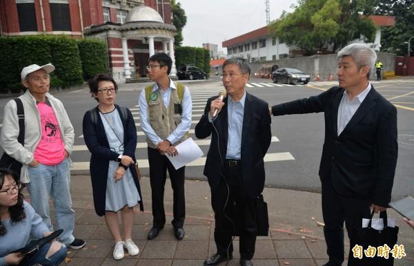 NGOs環境會議合辦團體代表一行人,15日下午前往總統官邸拜會總蔡英文,並在會後舉行記者會,說明會面報告重點。(記者劉信德攝)
