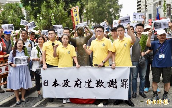 新黨青年軍27日於日本交流協會外舉行「阿嬤站起來,大家站出來」活動,抗議日本干預首座「慰安婦」阿嬤雕像設立於台南。(記者羅沛德攝)