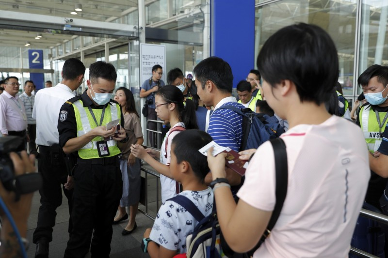 香港機場管理局今(14)早表示,已取得臨時禁制令,禁止任何人在機場非法集會;目前香港機場通道也開始實施管制,只有持登機證的離境旅客才獲准進入,機管局提醒旅客至少提早3小時到達機場。(美聯社)