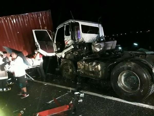 國道3號發生客運追撞貨櫃車事故,造成1死、30人輕重傷,貨櫃車面目全非。(記者謝介裕翻攝)
