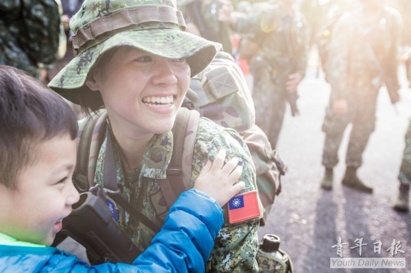 陸軍特戰指揮部特戰一營山隘行軍訓練在20日順利完成任務,部隊返抵營區時,許多人見到家人與兒子出現時,都感動落淚,互相擁抱。(圖擷自《青年日報》臉書)