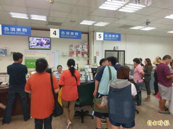 499之亂遇到母親節,中華電信各門市仍出現排隊人潮。(資料照)