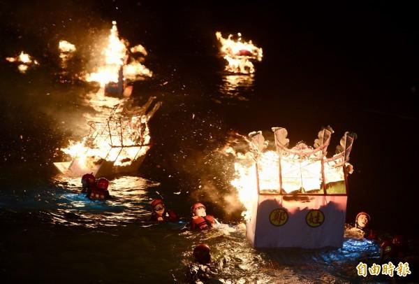 一年一度的「雞籠中元祭」重頭戲放水燈儀式,25日凌晨於望海巷海邊舉行,水燈在工作人員的推送下,隨著潮流飄向外海。(記者羅沛德攝)