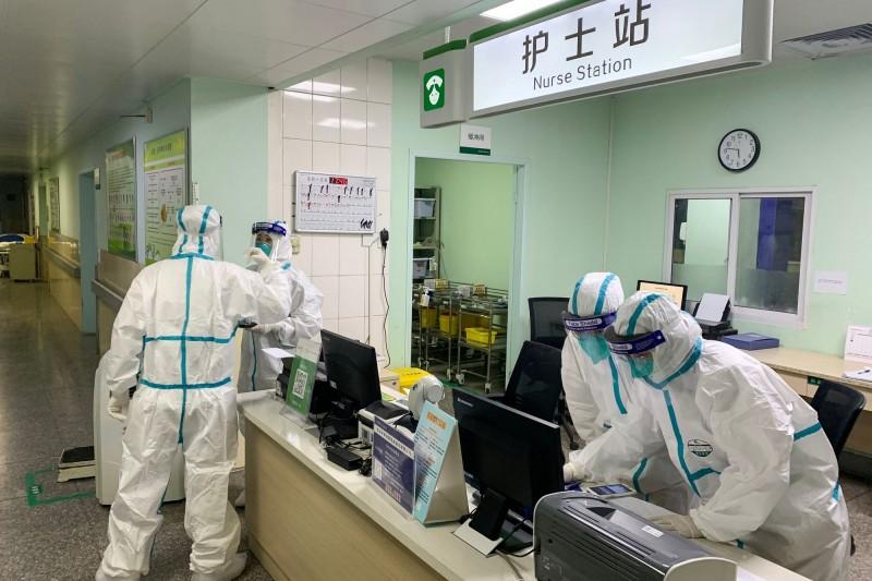 數名武漢護士接受《BBC中文》訪問時坦言,自己和家人都十分擔心疫情,但仍然只能堅守防疫崗位。(法新社)