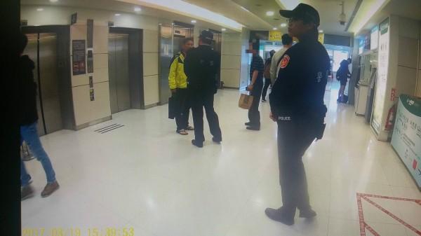 警方攔查時,有民眾(右2)替李永得打抱不平。(資料照,記者鄭景議翻攝)
