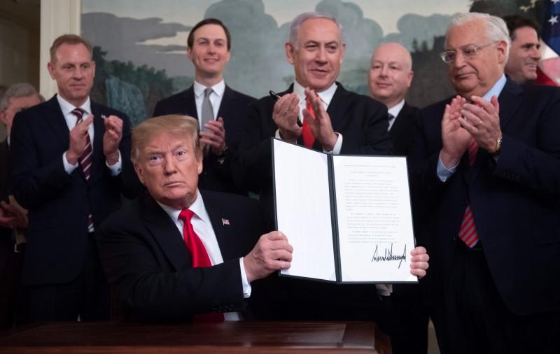 美國總統川普於白宮會晤以色列總理納坦雅胡,正式簽署命令,承認以色列擁有戈蘭高地主權。(法新社)
