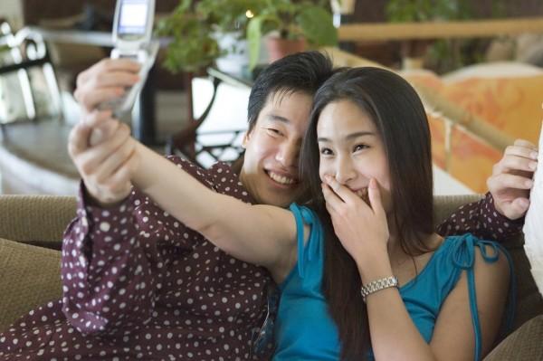 曾女發現老公和小三手機對話不尋常。圖與本新聞無關。(情境照)