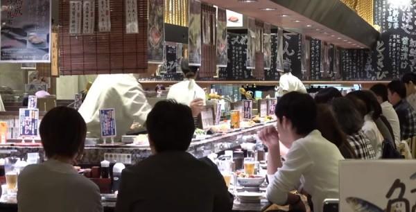 用餐時刻高朋滿座。(影片截圖由臉書粉專「台灣女孩的北海道生活」提供)