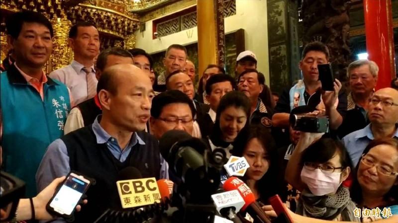 外國媒體詢問韓國瑜如何推展高雄觀光,他再提「高雄需要國際機場」。(記者黃佳琳攝)