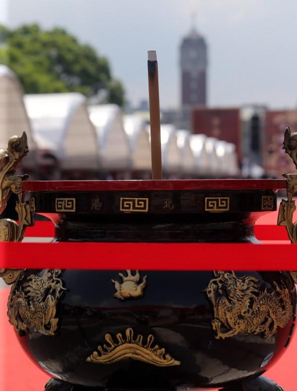 民眾將香火插在舞台前的香爐,祈求神明保佑,「眾神上凱道」活動也順利落幕。(中央社)