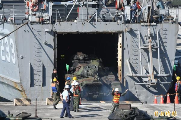 花防部戰車營M-60A3戰車,經指揮小心翼翼駛入「中平艦」艙內。(記者游太郎攝)