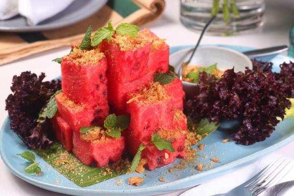 宮廷古法蜜汁魚酥佐西瓜,將魚酥烤乾後打成粉,拌入砂糖撒在西瓜上,搭配薄荷葉入口,是由泰國宮廷傳出的風味。(記者潘自強攝)
