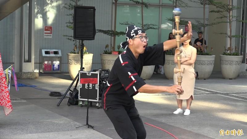 劍玉師「小螺絲」到全台各地進行街頭表演,為的就是想推廣劍玉,讓更多人能夠認識劍玉。(記者余家緯攝)