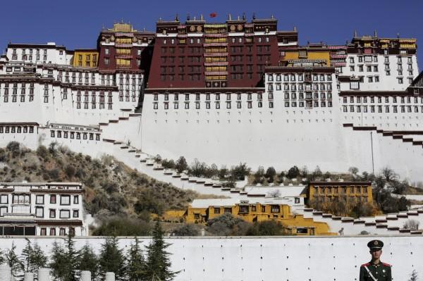 美國眾議院在美東時間25日晚間表決通過《西藏旅行對等法》,反制中國禁止美國人進入西藏的做法,如果中國限制美國人進入西藏地區,中國相關官員也將不得進入美國。圖為西藏的布達拉宮。(路透資料照)