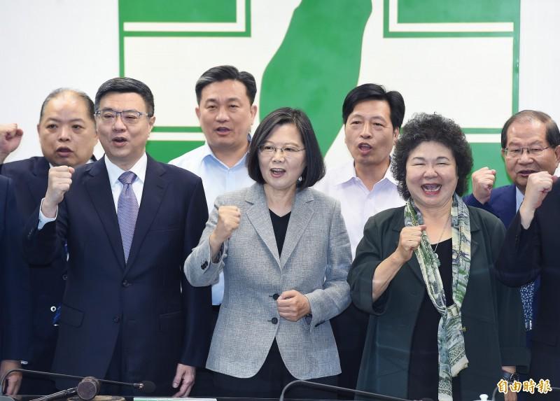 有媒體報導指出,陳菊(前排右)此行的重點在於走訪美國僑界。(資料照)