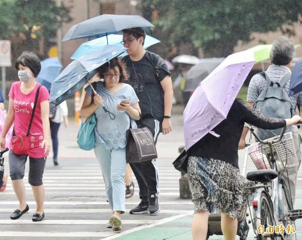 中央氣象局預報,明天上半天主要雨勢並不明顯,而晚上開始南部和東南部先增強,降雨由南往北逐漸明顯。(資料照)