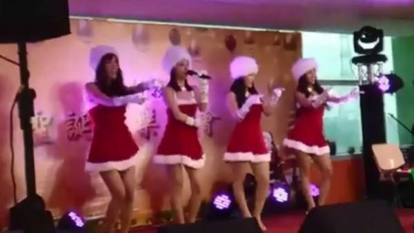 一間科技廠近來在舉行尾牙時,台上的4名正妹身穿大紅喜氣的耶誕連身短裙,下一秒就直接脫掉。(圖擷自「JKF紅燈區2.0」臉書粉絲團)