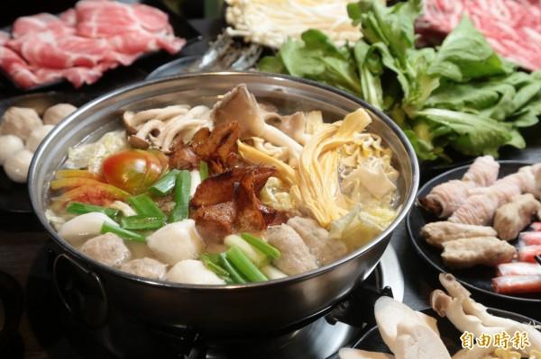 很多人喜歡在過年圍爐吃火鍋。(資料照,記者陳晉生攝)