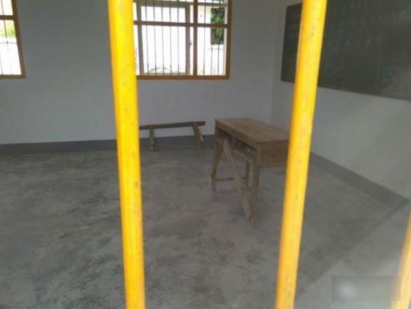 江西省贛縣留田小學一名5歲男童,9月25日被發現用60公分長的毛巾,吊死在教室鐵窗上。(圖擷取自中媒)