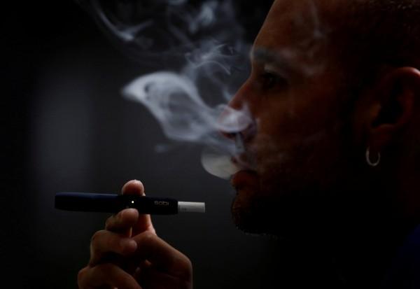 醫師表示,就算每天只抽1根菸,男性罹患冠狀動脈心臟病的機率仍比不抽菸者高48%。(路透)